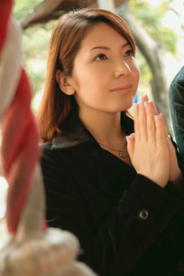 祈る女性の写真素材 [FYI02355126]