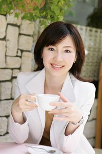 カフェでくつろぐ女性の写真素材 [FYI02355151]