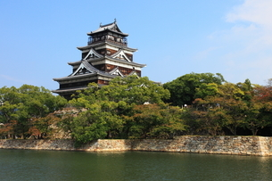 広島城堀と天守閣の写真素材 [FYI02355167]