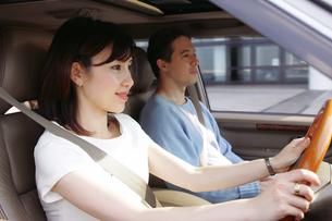 運転をする女性の写真素材 [FYI02355184]