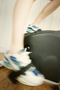 エアロバイクをこぐ女性の足の写真素材 [FYI02355185]