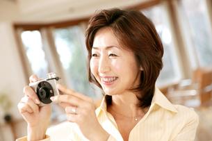 写真を撮る女性の写真素材 [FYI02355195]