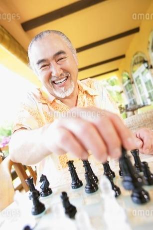 チェスをする男性の写真素材 [FYI02355212]