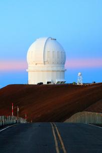 夕焼けのハワイ島マウナ・ケア山頂天文台群 CFHT,カナダ・フランス・ハワイ望遠鏡の写真素材 [FYI02355257]