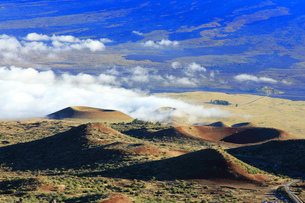 ハワイ島 マウナケア・アクセス・ロードからの雲海とカルデラの写真素材 [FYI02355283]