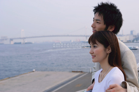 海を見ながら寄り添うカップルの写真素材 [FYI02355284]