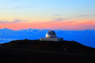 夕焼けのハワイ島マウナ・ケア山頂天文台群 ナサ・インフラレッド・テレスコープ・ファシリティの写真素材 [FYI02355287]
