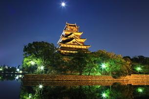 月夜の広島城の写真素材 [FYI02355288]