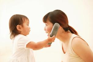 電話する親子の写真素材 [FYI02355293]