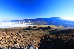 ハワイ島 マウナケア・アクセス・ロードからの雲海とマウナロア山の写真素材 [FYI02355299]