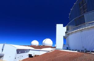 ハワイ島 マウナ・ケア山すばる望遠鏡からのW.M.ケック天文台の写真素材 [FYI02355301]