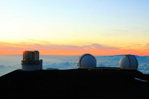 夕日とハワイ島マウナ・ケア山頂天文台群の写真素材 [FYI02355326]