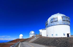 ハワイ島 マウナ・ケア山頂天文台群の写真素材 [FYI02355331]