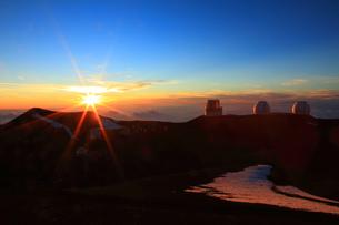 夕日とハワイ島マウナ・ケア山頂天文台群の写真素材 [FYI02355334]