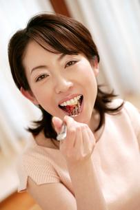 食べる女性の写真素材 [FYI02355350]
