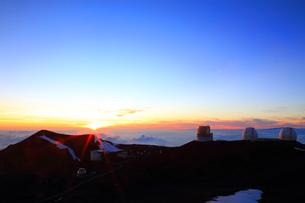 夕日とハワイ島マウナ・ケア山頂天文台群の写真素材 [FYI02355362]