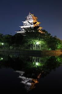 月夜の広島城の写真素材 [FYI02355382]