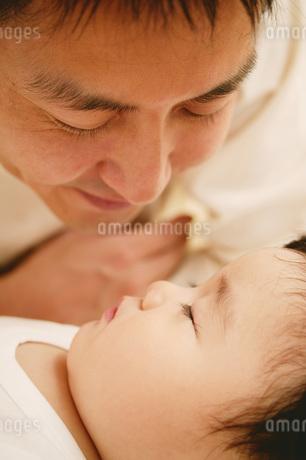 パパと赤ちゃんの写真素材 [FYI02355434]