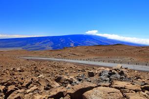 ハワイ島 マウナケア・アクセスロードとマウナロア山の写真素材 [FYI02355435]