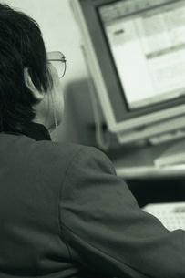 パソコンを見る女性の写真素材 [FYI02355465]
