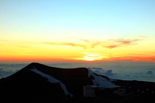 夕日とハワイ島マウナ・ケア山の写真素材 [FYI02355521]