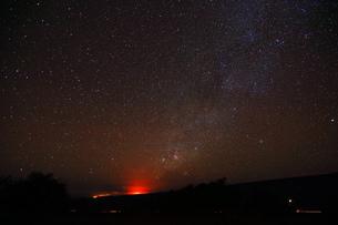 ハワイ島 マウナ・ケア山サドルロードからのキラウェア火山と天の川の写真素材 [FYI02355714]