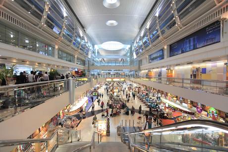 ドバイ国際空港の免税店モールの写真素材 [FYI02355869]