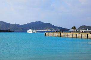 慶良間諸島座間味港と高速船の写真素材 [FYI02355932]