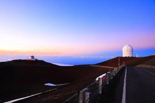 夕焼けのハワイ島マウナ・ケア山頂天文台群の写真素材 [FYI02355998]