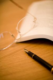 万年筆とメガネの写真素材 [FYI02356069]
