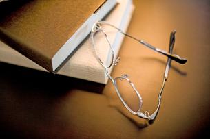 メガネと本の写真素材 [FYI02356102]