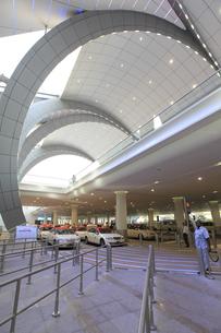 ドバイ国際空港のタクシー乗り場の写真素材 [FYI02356219]