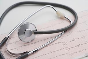 聴診器と心電図の写真素材 [FYI02356462]