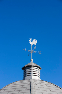 青空の風見鳥の写真素材 [FYI02356494]