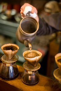 ドリップコーヒーを淹れるの写真素材 [FYI02356502]