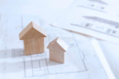積み木の家と間取り図の写真素材 [FYI02356510]