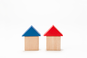赤と青の積み木の家の写真素材 [FYI02356525]