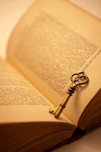 鍵とアンティークな本の写真素材 [FYI02356531]