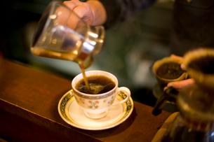 サーバーからカップにコーヒーを移すの写真素材 [FYI02356629]