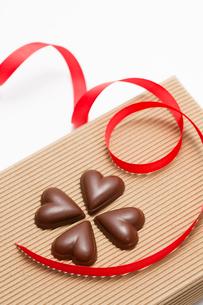 ハートのチョコレートとリボンの写真素材 [FYI02356702]