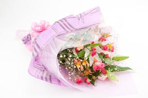 バラとカサブランカの花束の写真素材 [FYI02356729]
