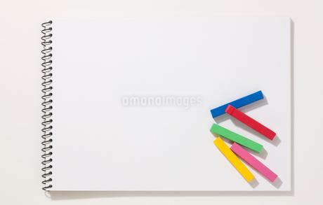 スケッチブックとクレヨンの写真素材 [FYI02356752]