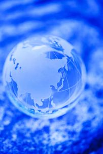 ブルーのクリスタル地球儀の写真素材 [FYI02356757]