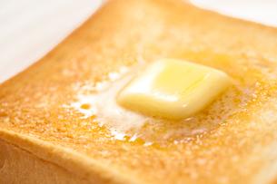 バターののったトーストの写真素材 [FYI02356837]