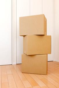 重ねた三個のダンボール箱と部屋の写真素材 [FYI02356844]