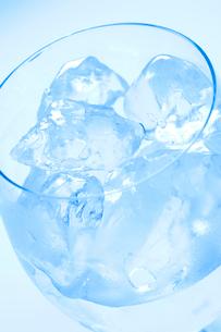 グラスに入った氷の写真素材 [FYI02356846]