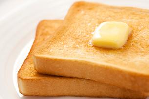 バターののったトーストの写真素材 [FYI02356880]