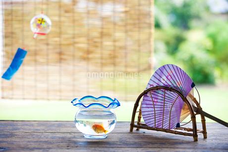 縁側のうちわと風鈴と金魚の写真素材 [FYI02356886]