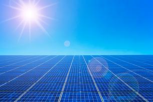 太陽とソーラーパネルの写真素材 [FYI02356904]