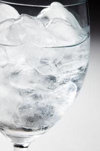 グラスに入った氷の写真素材 [FYI02356956]